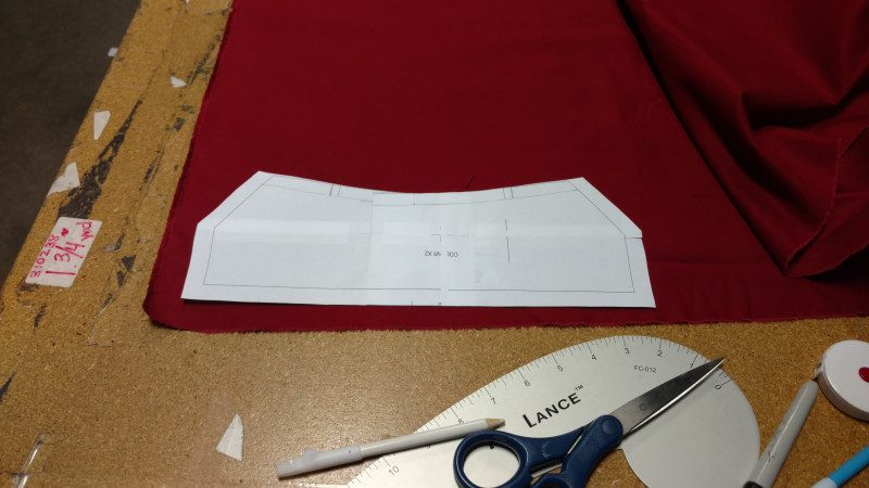 Cut the undercollar out of cotton twill.